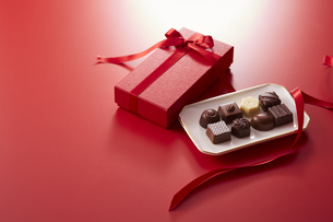 赤色の箱とリボンとチョコレートの写真素材 [FYI04680221]