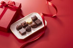 赤色の箱とリボンとチョコレートの写真素材 [FYI04680222]