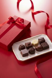 赤色の箱とリボンとチョコレートの写真素材 [FYI04680223]