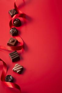 赤色のリボンと複数のチョコレートの写真素材 [FYI04680224]