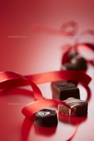 赤色のリボンと複数のチョコレートの写真素材 [FYI04680225]