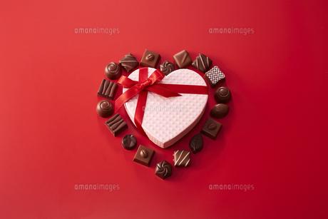 ハート型の箱とチョコレートの写真素材 [FYI04680226]
