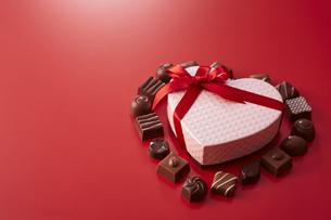 ハート型の箱とチョコレートの写真素材 [FYI04680227]