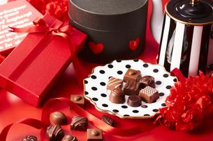 ギフトボックスとチョコレートの写真素材 [FYI04680228]