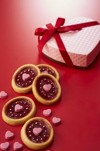 ハート型の箱とクッキーの写真素材 [FYI04680229]