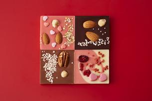 赤色の天板の上に並んだチョコレートの写真素材 [FYI04680230]