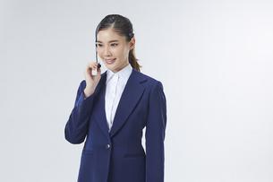 ヘッドセットを付けているコールセンター勤務の女性社員の写真素材 [FYI04680246]