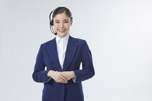 ヘッドセットを付けているコールセンター勤務の女性社員の写真素材 [FYI04680252]