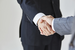 握手をする二人のビジネスマンの写真素材 [FYI04680262]