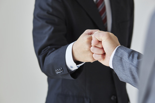 グータッチをする二人のビジネスマンの写真素材 [FYI04680263]