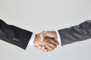 握手をする二人のビジネスマンの写真素材 [FYI04680265]