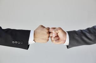 グータッチをする二人のビジネスマンの写真素材 [FYI04680266]