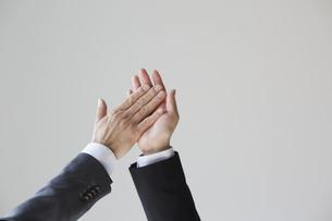 ハイタッチをする二人のビジネスマンの写真素材 [FYI04680267]