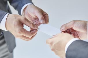 名刺交換をする二人のビジネスマンの写真素材 [FYI04680269]