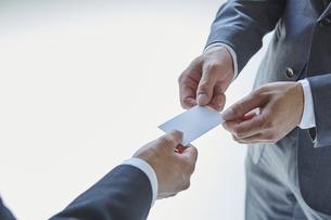 名刺交換をする二人のビジネスマンの写真素材 [FYI04680270]