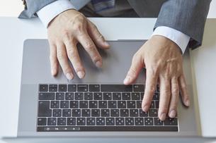 ノートパソコンを触っているビジネスマンの写真素材 [FYI04680277]