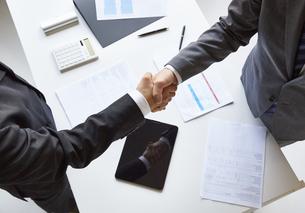 握手をする二人のビジネスマンの写真素材 [FYI04680279]