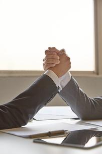 手を握り合う二人のビジネスマンの写真素材 [FYI04680280]
