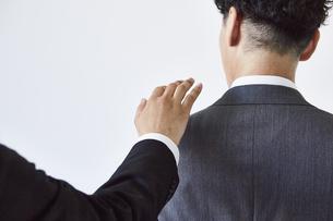 肩に手をかけるビジネスマンの写真素材 [FYI04680281]