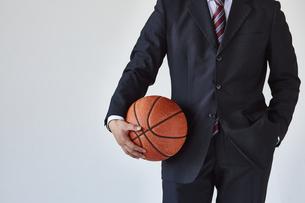 バスケットボールを持っているスーツを着た男性の写真素材 [FYI04680295]