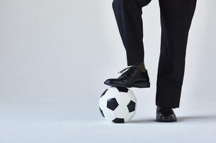 サッカーボールとスーツを着た男性の写真素材 [FYI04680296]