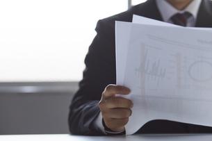 資料を見ているスーツを着た男性の写真素材 [FYI04680297]