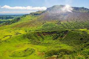 杵島岳山頂からみえる阿蘇中岳火口の写真素材 [FYI04680316]