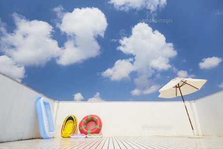 夏 プール ベランダの写真素材 [FYI04680334]