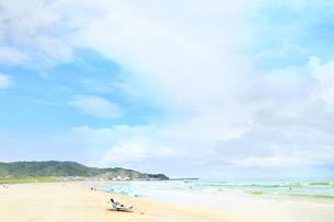 海 夏 ビーチパラソルの写真素材 [FYI04680336]