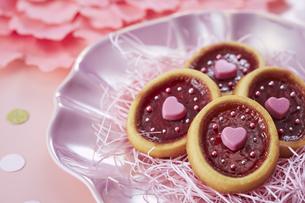 ピンクの皿の上に置かれたクッキーの写真素材 [FYI04680404]
