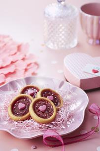 ピンクの皿の上に置かれたクッキーの写真素材 [FYI04680405]