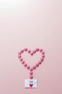 ハートの形に並んだハート形のチョコレートの写真素材 [FYI04680408]