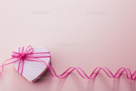 ハート型のボックスとピンク色のリボンの写真素材 [FYI04680410]