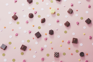 チョコレートと紙の飾りの写真素材 [FYI04680416]