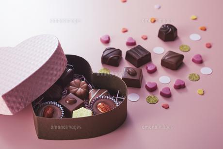 ハート型のボックスとチョコレートの写真素材 [FYI04680419]