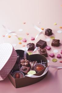 ハート型のボックスとチョコレートの写真素材 [FYI04680420]