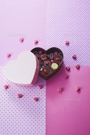 ハート型のボックスとチョコレートの写真素材 [FYI04680421]