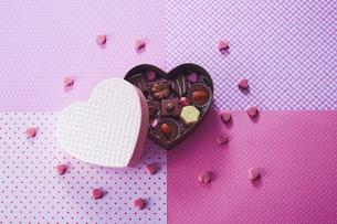 ハート型のボックスとチョコレートの写真素材 [FYI04680422]