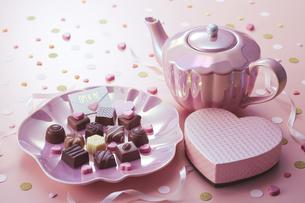 チョコレートとピンクの小物の写真素材 [FYI04680424]