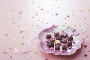 ピンクの皿の上に置かれたチョコレートの写真素材 [FYI04680425]