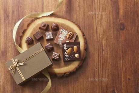 切り株の皿の上に置かれたチョコレートの写真素材 [FYI04680428]