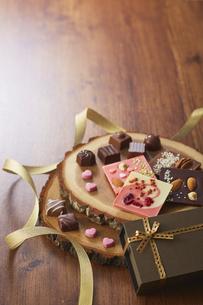 切り株の皿の上に置かれたチョコレートの写真素材 [FYI04680429]