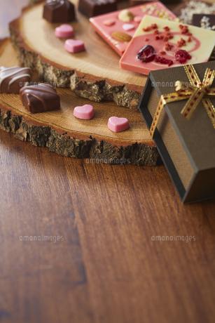 切り株の皿の上に置かれたチョコレートの写真素材 [FYI04680430]