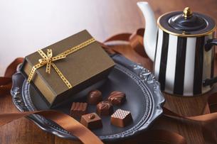 黒い皿の上に置かれたチョコレートの写真素材 [FYI04680431]