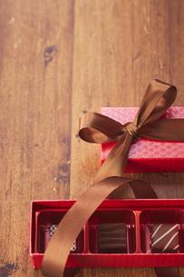 赤色のボックスとチョコレートの写真素材 [FYI04680432]