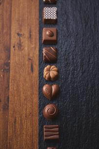 黒い石の上に並んだチョコレートの写真素材 [FYI04680435]