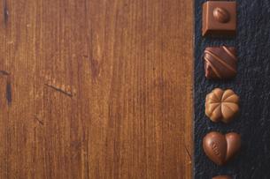 黒い石の上に並んだチョコレートの写真素材 [FYI04680436]