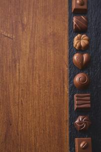 黒い石の上に並んだチョコレートの写真素材 [FYI04680437]