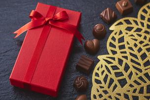 赤いプレゼントボックスとチョコレートの写真素材 [FYI04680439]