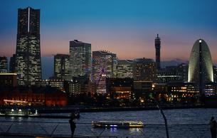 夕暮れの横浜みなとみらいの写真素材 [FYI04680456]